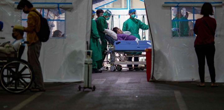 Los trabajadores sanitarios atienden a los pacientes de urgencia del COVID-19 en la tienda de campaña de urgencias del Hospital General Regional de Cengkareng. La tienda se construyó debido al creciente número de pacientes de COVID-19.