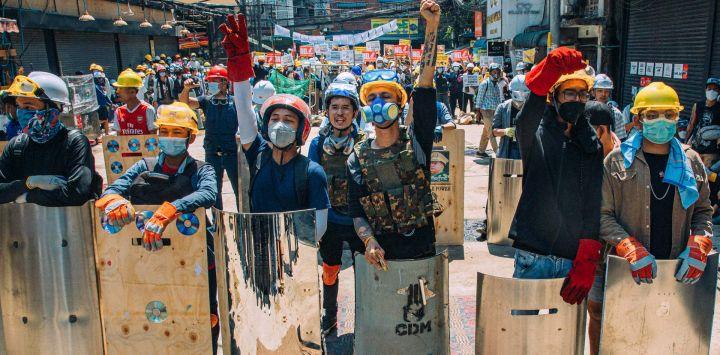 Esta foto tomada y recibida por cortesía de una fuente anónima muestra al cantante Wai Mon Oo, más conocido como Raymond, mientras participa en una manifestación contra el golpe militar en Yangon.
