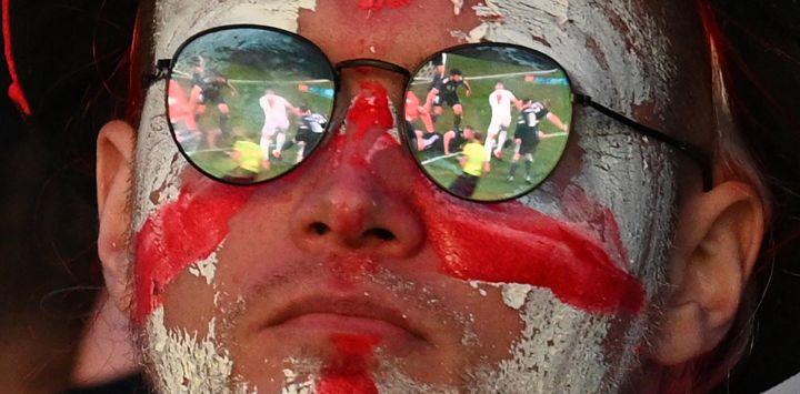 El partido de fútbol se refleja en los cristales de las gafas de un aficionado inglés mientras ve el partido de fútbol de la Eurocopa 2020 entre Inglaterra y Escocia que se juega en Londres.