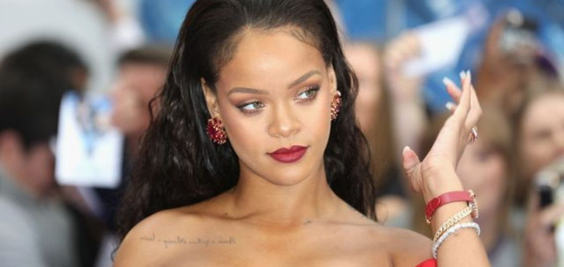 Rihanna eligió un look rosa total para una cita romántica