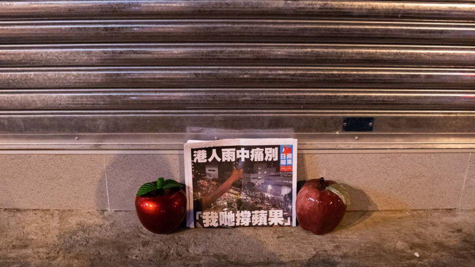 El diario critico de Hong Kong Apple Daily cerrado por presiones de la autoridades chinas.