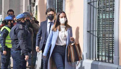 Acusada. Agustina Cosachov llegó a la fiscalía de San Isidro junto a su abogado Vadim Mischanchuk. Entre otras cosas, explicó que ella no tenía nada que ver con el control clínico de Maradona.