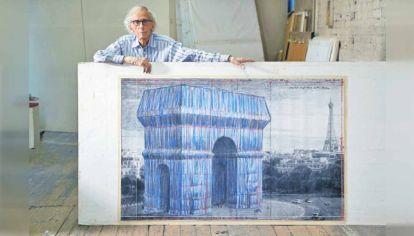 Proyecto. Christo mostrando un boceto de su proyecto.