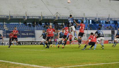 Clásico sin público. Estudiantes de Río Cuarto y Belgrano animaron la semana pasada el primer cruce del año entre equipos cordobeses.