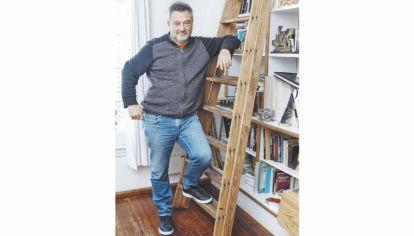 Autor de novelas, cuentos, piezas teatrales y guiones cinematográficos, Daniel Guebel es uno de los escritores argentinos más prolíficos del presente.