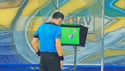 Más polémicas. El árbitro frente al monitor del VAR, una postal de lo que vendrá en el fútbol local.