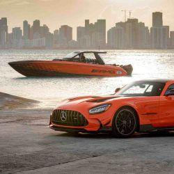 No se puede obviar del hermoso esquema de pintura naranja y negro, inspirado en el auto deportivo AMG GT Black Series.