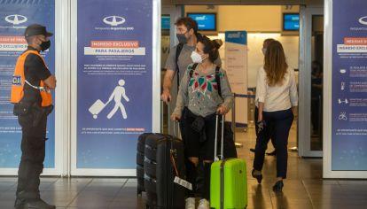 Restricciones y controles en el Aeropuerto de Ezeiza para los argentinos que vuelven del exterior.