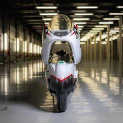 Esta particularidad es un diseño responde a un factor clave en cualquier vehículo que busca alcanzar altas velocidades, la aerodinámica.