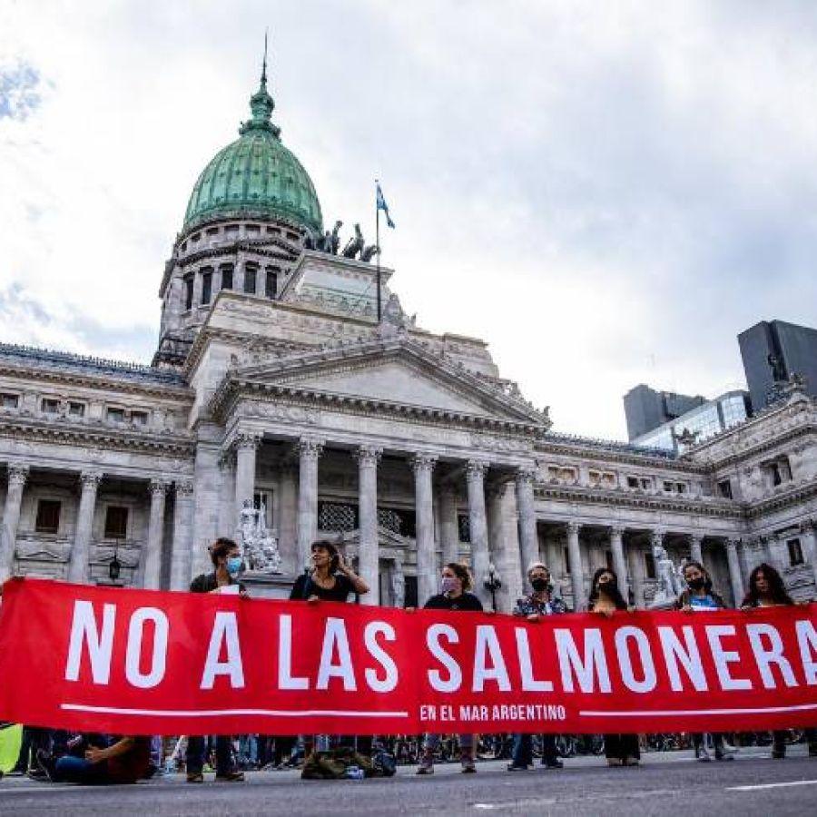 Tierra del Fuego aprobó la primera ley del mundo que prohíbe los criaderos de salmón | Perfil