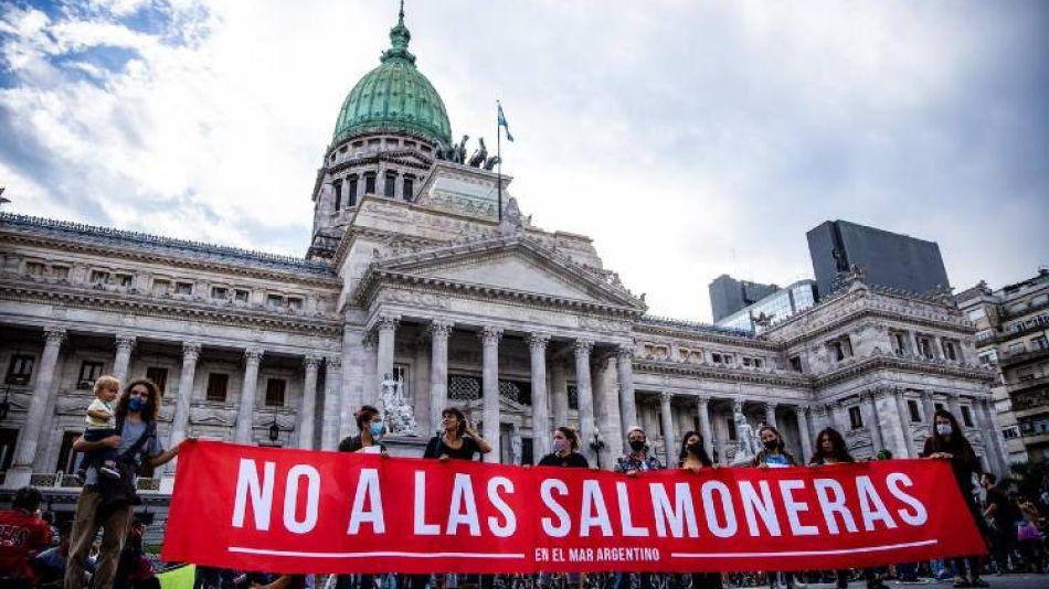 Tierra del Fuego prohibe los criaderos de salmón