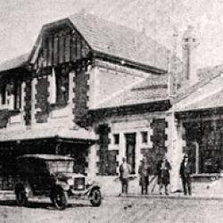 La llegada del tren revolucionó a la ciudad.