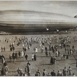 Una multitud se dio cita el 2 de julio de 1900 en el lago Costanza, Alemania, para presenciar la hazaña de von Zeppelin.