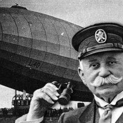 Ferdinand von Zeppelin junto al dirigible LZI con el que pasó a la historia de la aviación mundial.