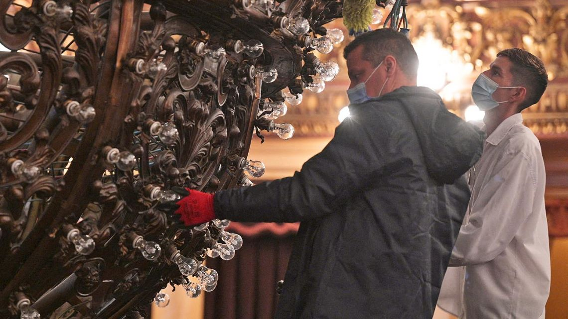 The chandelier of the Teatro Colón is cleaned and repaired.