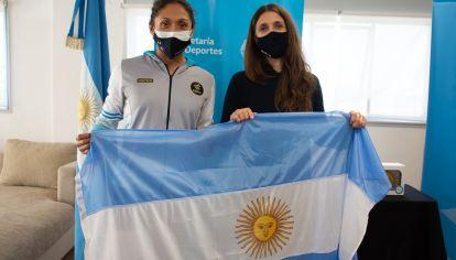 QUINTO JUEGO. Cecilia Biagioli recibió la bandera argentina de manos de Inés Arrondo, la secretaria de Deportes de la Nación.