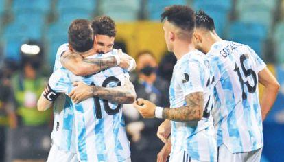 Para vos, Leo. Messi asistió y De Paul definió. Messi volví a asistir y Lautaro convirtió. Después de intentos frustrados que hicieron sufrir a la Selección, Leo apareció en otro rol para que Argentina avance.