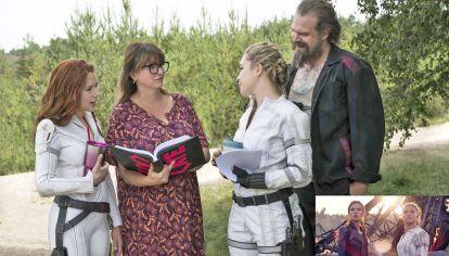 Apuesta. La realizadora junto a Scarlett Johansson, Florence Pugh y David Harbour en el rodaje de la última película con el personaje de la Viuda Negra, clave del universo Avengers.