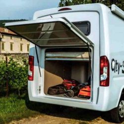 A este compartimento se puede ingresar tanto por fuera como por dentro del camper.