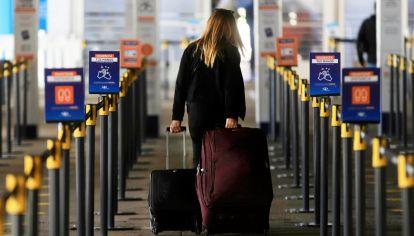 El control en Ezeiza por el cupo de 600 pasajeros que pueden volver del exterior.