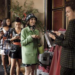 Emily in Paris. Lily Collins jugó a una fashionista en la serie de Netflix. Se viene la segunda temporada.