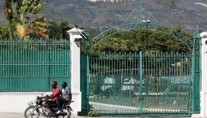 Una motocicleta pasa frente al Palacio Presidencial de Haití, en Puerto Príncipe.