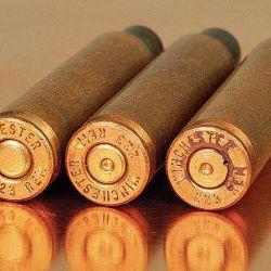 De izquierda a derecha: vainas de .223 Remington con su cápsula iniciadora intacta, disparada denotando una presión correcta y también con evidentes signos de sobrepresión.