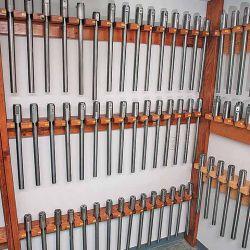 Sala con cañones de prueba en los más variados calibres, utilizados por la Hodgdon Poweder Company para realizar las mediciones y volcar los resultados en sus manuales.