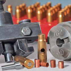 Todo lo necesario para realizar mediciones de presión en unidades CUP: el cañón de pruebas, los cilindros de cobre (crushers) y la mordaza para sostener el conjunto.