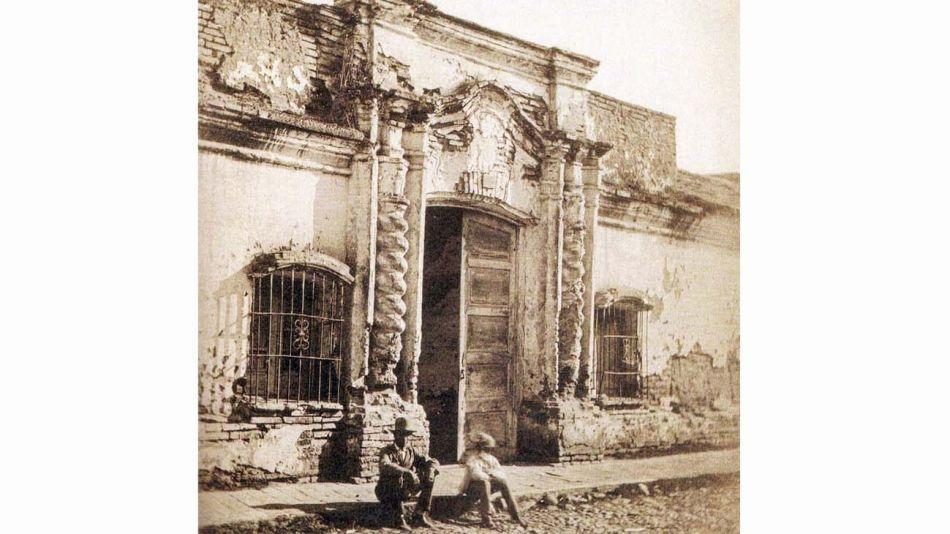 1869: Única foto de la casa original de la inde-pendencia en Tucumán antes de ser demolida.