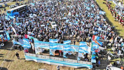 Concentración. Banderas argentinas se multiplicaron ayer en San Nicolás. El festejo del 9 de Julio se transformó en una manifestación contra el oficialismo.