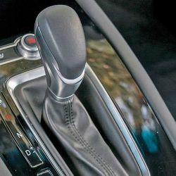 Se ofrece en dos versiones donde la única diferencia es la transmisión: manual de cinco marchas o automática de ocho.