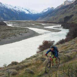 El sendero bordea el río desde lo alto y se vuelve un poco más técnico, entre subidas y bajadas muy divertidas.