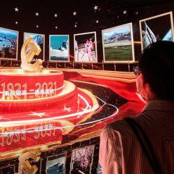 En esta imagen los visitantes observan una película de presentación digital en una exposición en el Centro de Convenciones y Exposiciones de Hong Kong que celebra el centenario de la fundación del Partido Comunista de China. | Foto:Anthony Wallace / AFP