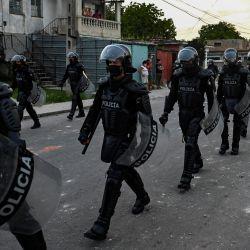 Policías antidisturbios recorren las calles tras una manifestación contra el gobierno del presidente Miguel Díaz-Canel en el municipio de Arroyo Naranjo, La Habana. | Foto:Yamil Lage / AFP