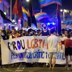Manifestantes sostienen una pancarta con la leyenda  | Foto:Josep Lago / AFP