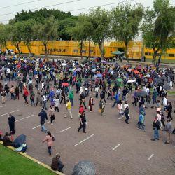 Cientos de personas esperan para recibir la primera dosis de la vacuna AstraZeneca/Oxford contra el COVID-19 a las afueras de la Preparatoria No. 9 en la Ciudad de México. | Foto:Alfredo Estrella / AFP