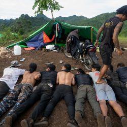 Esta foto muestra a miembros de la Fuerza de Defensa del Pueblo Karenni (KPDF) participando en un entrenamiento militar en su campamento cerca de Demoso, en el estado de Kayah. | Foto:STR / AFP