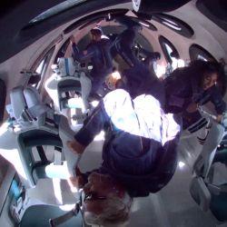 Esta foto muestra a Richard Branson y a otros miembros de la tripulación del Unity 22 en gravedad cero, vistos mientras volaban al espacio a bordo de una nave de Virgin Galactic, un viaje que describió como la  | Foto:Patrick T. Fallon / Virgin Galactic / AFP