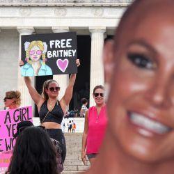 Los partidarios de la estrella del pop Britney Spears participan en una manifestación #FreeBritney en el monumento a Lincoln en Washington, DC. El grupo pide que se ponga fin a la tutela de 13 años dirigida por el padre de la estrella del pop, Jamie Spears y Jodi Montgomery, que tienen el control de sus finanzas y negocios. | Foto:Kevin Dietsch / Getty Images / AFP