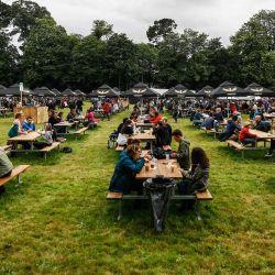 Los asistentes al festival se reúnen alrededor de las mesas mientras se toman un descanso en la jornada inaugural de la 29ª edición del festival de música Les Vieilles Charrues en Carhaix-Plouguer, al oeste de Francia. | Foto:Sameer Al-Doumy / AFP
