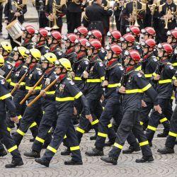 Miembros de la Defensa Civil francesa marchan durante el desfile militar anual del Día de la Bastilla en la avenida de los Campos Elíseos en París. | Foto:Ludovic Marin / AFP
