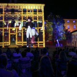 La gente asiste a un espectáculo de luz y sonido sobre la vida de Napoleón Bonaparte, en la ciudadela de Ajaccio, ya que el complejo histórico abre por primera vez al público desde 1492, en Ajaccio, en la isla mediterránea francesa de Córcega. | Foto:Pascal Pochard-Casabianca / AFP