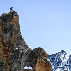 Miembros de la compañía de guías de Chamonix participan en una caminata especial, entre Francia e Italia, cerca de la montaña del Mont Blanc, para celebrar el 200º aniversario de la asociación de alta montaña. | Foto:Olivier Chassignole / AFP