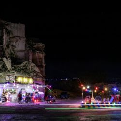 Una fotografía a baja velocidad de obturación muestra coches circulando delante de la cafetería Abu Ali, instalada en la planta baja de un edificio muy dañado durante la guerra civil, en la zona residencial de Jabal al-Arbain, en la ciudad siria de Ariha, en la provincia siria de Idlib, controlada por los rebeldes. | Foto:Aaref Watad / AFP