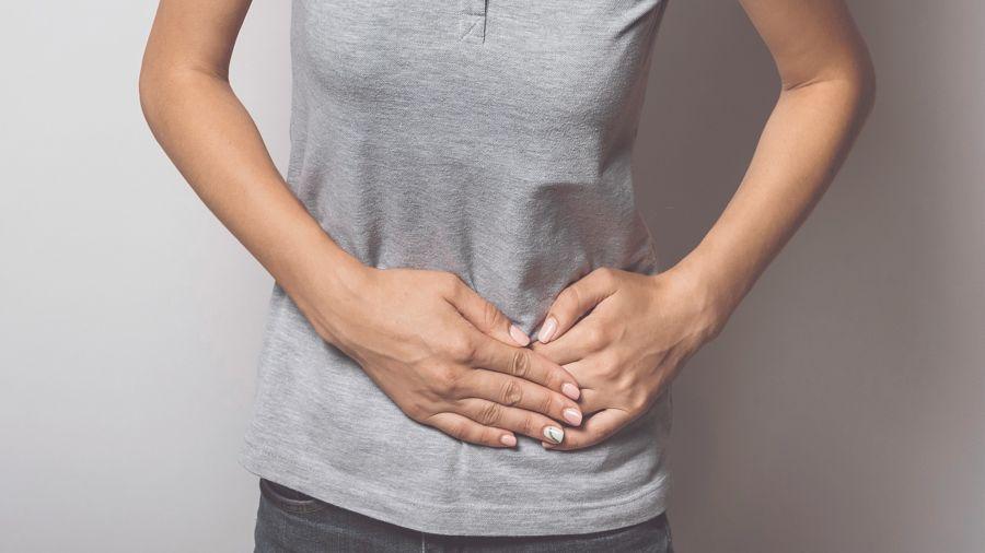 Los síntomas de la diverticulitis son dolor abdominal, generalmente del lado izquierdo, y constipación.