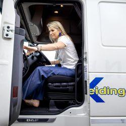 La reina Máxima de Holanda conduce un camión acompañada de una instructora durante una visita de trabajo al sector del transporte y la logística en Nieuwegein. | Foto:Robin Van Lonkhuijsen / ANP / AFP
