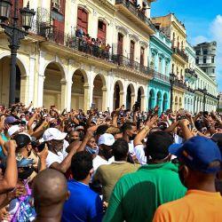 Personas participan en una manifestación contra el gobierno del presidente cubano Miguel Díaz-Canel en La Habana. | Foto:Yamil Lage / AFP
