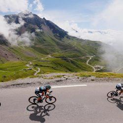 Los ciclistas descienden el puerto del Tourmalet durante la 18ª etapa de la 108ª edición de la carrera ciclista Tour de Francia, de 129 km entre Pau y Luz Ardiden. | Foto:Thomas Samson / AFP