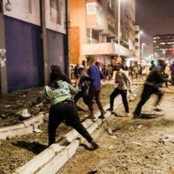 Agentes federales detienen a saqueadores en el centro de la ciudad de Durban, 11 de julio del 2021 | Foto:AFP